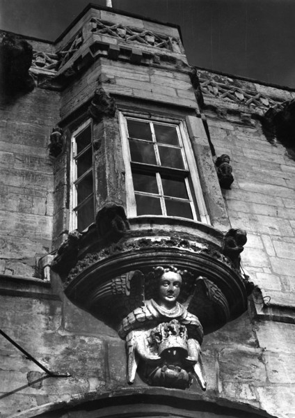 Picture of Angel and Royal Hotel, Grantham, Lincolnshire: the carving and bow window above the entrance
