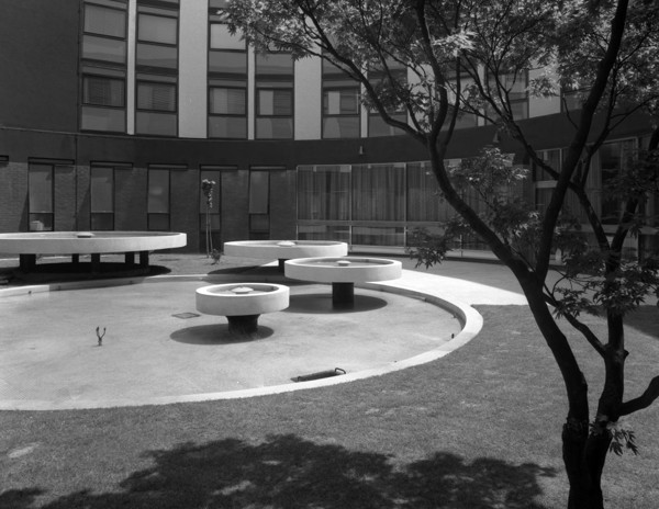 Picture of Ariel Hotel, Bath Road, London Airport: the internal courtyard
