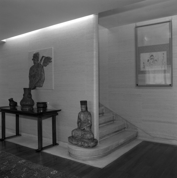 Picture of 64 Old Church Street, Chelsea, London: the staircase in the hall on the ground floor