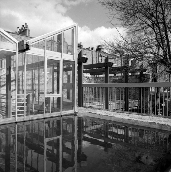Picture of 15 Torriano Cottages off Leighton Road, Kentish Town, London: the roof terrace pond