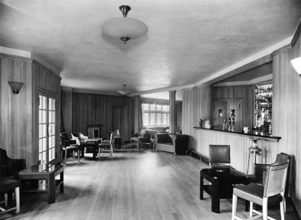 Picture of Berkeley Arms Hotel, Cranford, Middlesex: the saloon
