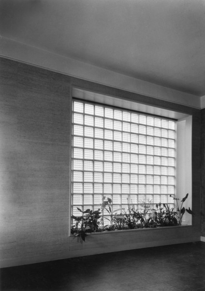 Picture of 32 Newton Road, Paddington, London: the window lighting the dining portion of the L-shaped living room