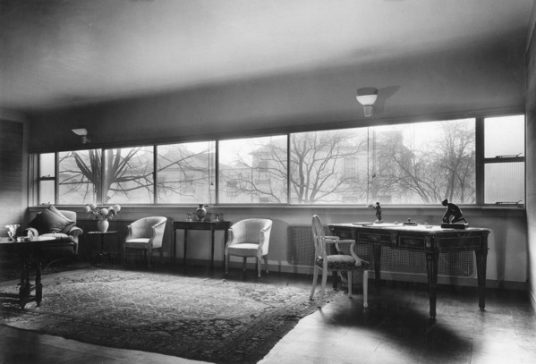 Picture of 32 Newton Road, Paddington, London: the living room furnished with antique furniture of various periods