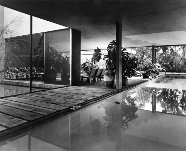 Picture of Architect's house, Paseo de Reforma, Mexico City: the lounge and terrace from the swimming pool